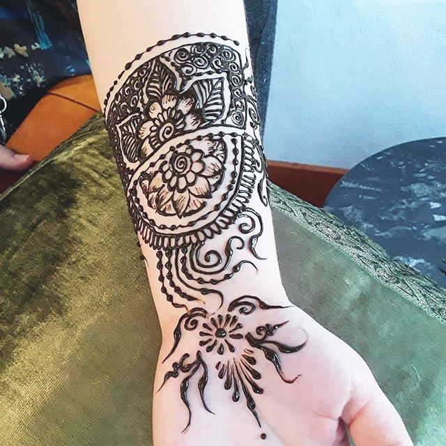 henna at the private party in the studio :: #henna #hennas #hennaartist #kellycaroline #michigan #michiganartist #dearborn #dearbornheights #mehndi #mehndidesign #tattoo #tattoos #ink #organic #hennadesign #hennatattoo #hennatattoos #flower #flowers #yoga #yogi #mandala #ypsi #ypsilanti #detroit #birthdayparty #canton