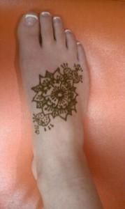 henna foot, sun design