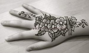 henna_hand_bw_small copy_flower