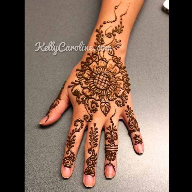 Mehndi Back Hand Flower : Henna design on the top of hand with floral mandala
