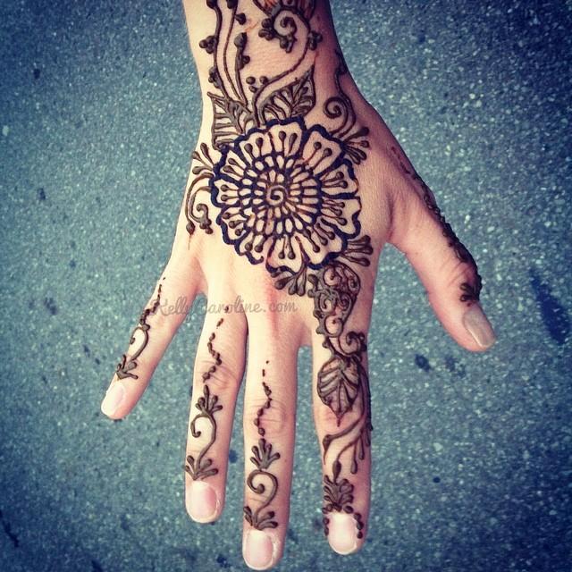 Henna on the hand from the art fair today in downtown Ypsilanti .#henna #kellycaroline #mehndi #handhenna #hennadesign #ypsilanti #michigan #hennaartist #summer #tattoos #tattoo #flowers #vines #art #artist