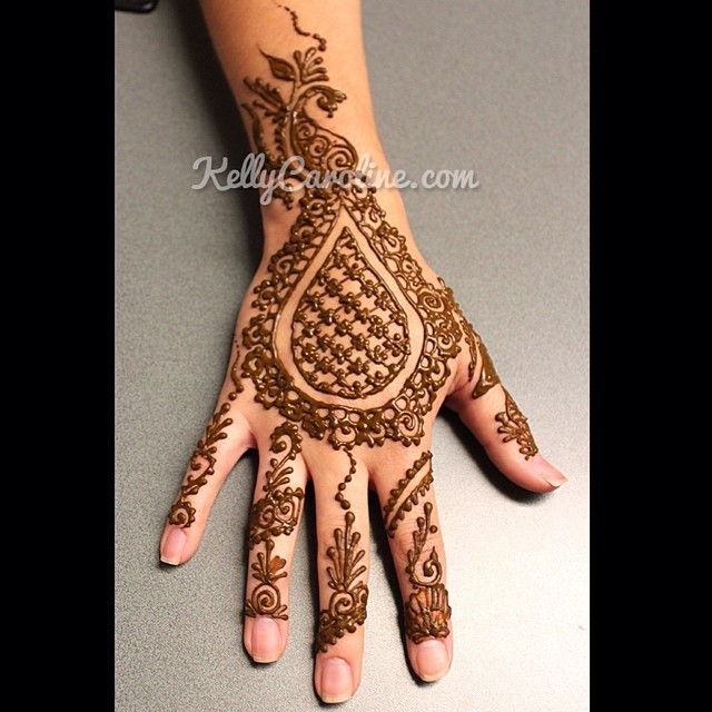 Something a little different – a Checkered teardrop henna design with decorated fingers#henna #mehndi #hennaartist #tattoos #tattoo #ypsilanti #michigan #kellycaroline #design #art #artist