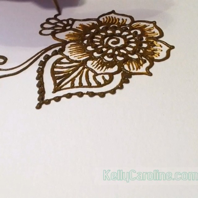 Quick henna video with a fun floral design