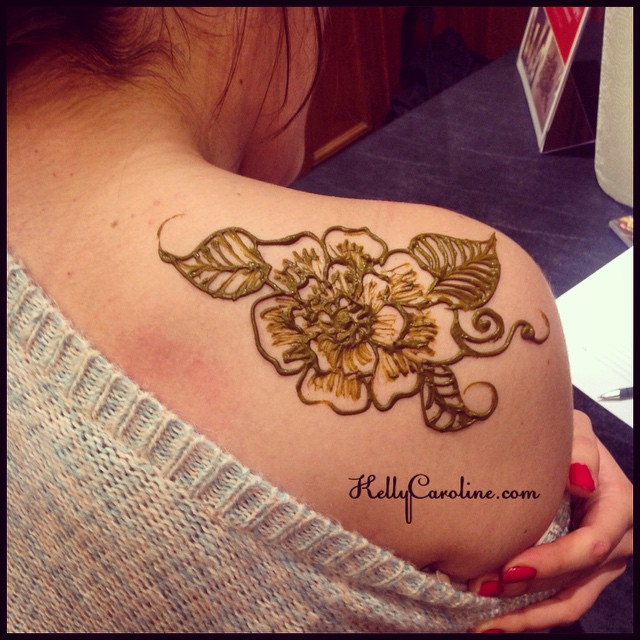 A cute floral henna design on the shoulder with leaves and swirls. #henna #hennas #hennaartist #leaves #vines #swirls #shouldertattoo #tattoo #tattoos #ink #mehndi #manicure #shaded #girly #art #artist #flower #flowers