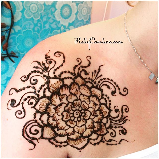 A sexy off-the-shoulder henna tattoo for a studio client. Perfect for wearing those cute tops before fall is here ️