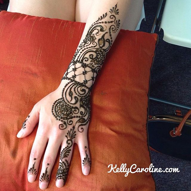 Henna today at the studio for a client headed off to Korea tomorrow. She wanted an symmetrical cuff design going down to the ring finger.