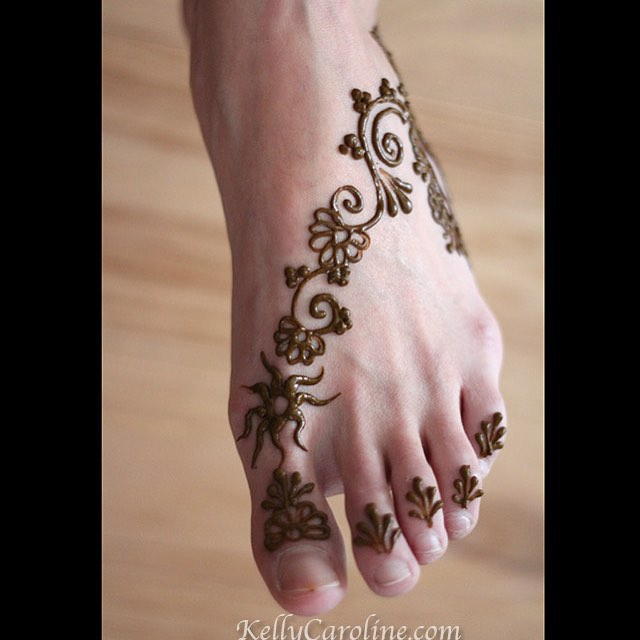 Afun foot tattoo from earlier this year. I love the simple quality to it. Very dainty #henna #hennatattoo #kellycaroline #michigan #hennaart #hennaartist #tattoo #tattoos #foottattoo #ink #inktober #vines #ypsi #ypsilanti