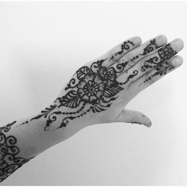 Henna for a new friend tonight  also a fun submission for the #hennadesignrecreation game with @merchemariposa ️ #henna #hennaart #hennaartist #design #tattoo #tattoos #mehndi #mehendi #floral #flowers #yoga #ypsi #ypsilanti #michigan #michiganhenna #kellycaroline
