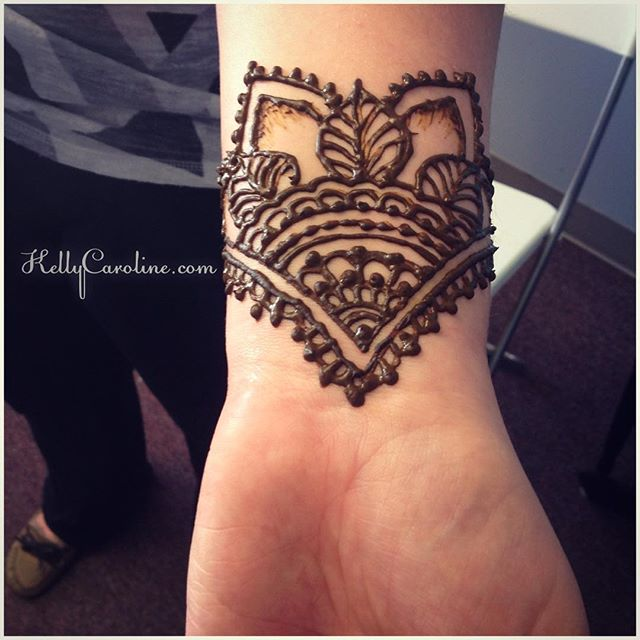 A cute wrist henna tattoo for @emma_babtan in the studio today. Perfect Spring day for henna in Ypsi