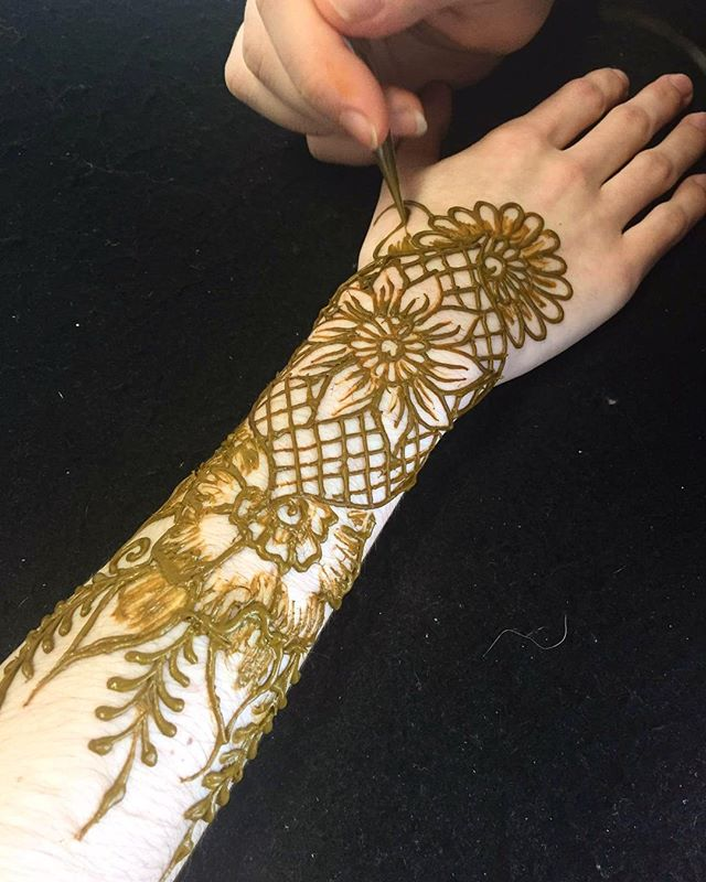 A little photo mid-session at @shilessnerphoto . . private appointments available Monday-Saturday 2-5:30pm call 734-536-1705 or email kelly@kellycaroline.com #henna #hennas #hennaartist #kellycaroline #michigan #michiganartist #dearborn #dearbornheights #mehndi #mehndidesign #tattoo #tattoos #ink #organic #hennadesign #hennatattoo #hennatattoos #flower #flowers #yoga #yogi #mandala #ypsi #ypsilanti #detroit #birthdayparty