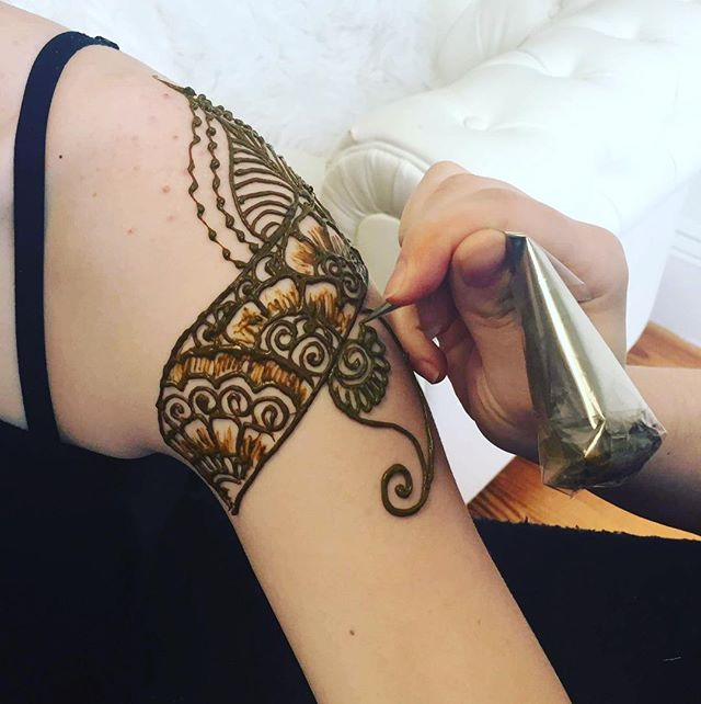 So excited to share more of these new pictures from @shilessnerphoto of our henna session ! . . private appointments available Monday-Saturday 2-5:30pm call 734-536-1705 or email kelly@kellycaroline.com #henna #hennas #hennaartist #kellycaroline #michigan #michiganartist #dearborn #dearbornheights #mehndi #mehndidesign #tattoo #tattoos #ink #organic #hennadesign #hennatattoo #hennatattoos #flower #flowers #yoga #yogi #mandala #ypsi #ypsilanti #detroit #birthdayparty