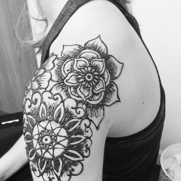 henna by our artist Frances at the studio :: shoulder arm floral mandala for the summer #henna #hennas #hennaartist #kellycaroline #michigan #michiganartist #dearborn #dearbornheights #mehndi #mehndidesign #tattoo #tattoos #ink #organic #hennadesign #hennatattoo #hennatattoos #flower #flowers #yoga #yogi #mandala #ypsi #ypsilanti #detroit #birthdayparty #canton