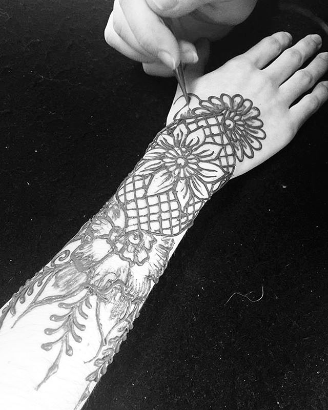 Taking henna appointments in the studio tomorrow 3-4:30pm email for an appointment kelly@kellycaroline(dot)com for henna in the studio ::