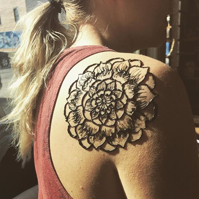 Shoulder design from yesterday's henna pop up shop!. . . #henna #hennas #hennaartist #hennaparty #kellycaroline #michigan #michiganartist #dearborn #dearbornheights #mehndi #mehndidesign #tattoo #tattoos #ink #organic #hennadesign #hennatattoo #hennatattoos #flower #flowers #yoga #yogi #mandala #ypsi #ypsilanti #detroit