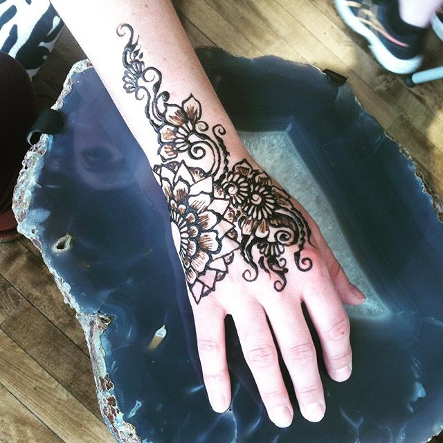 Here's a fingerless design for a busy mama who needed to still use her hand  . . Studio appointments to book your summer henna 734-536-1705 kelly@kellycaroline.com . #henna #hennas #hennaartist #hennaparty #kellycaroline #michigan #michiganartist #dearborn #dearbornheights #mehndi #mehndidesign #tattoo #tattoos #ink #organic #hennadesign #hennatattoo #hennatattoos #flower #flowers #yoga #yogi #mandala #ypsi #ypsilanti #detroit