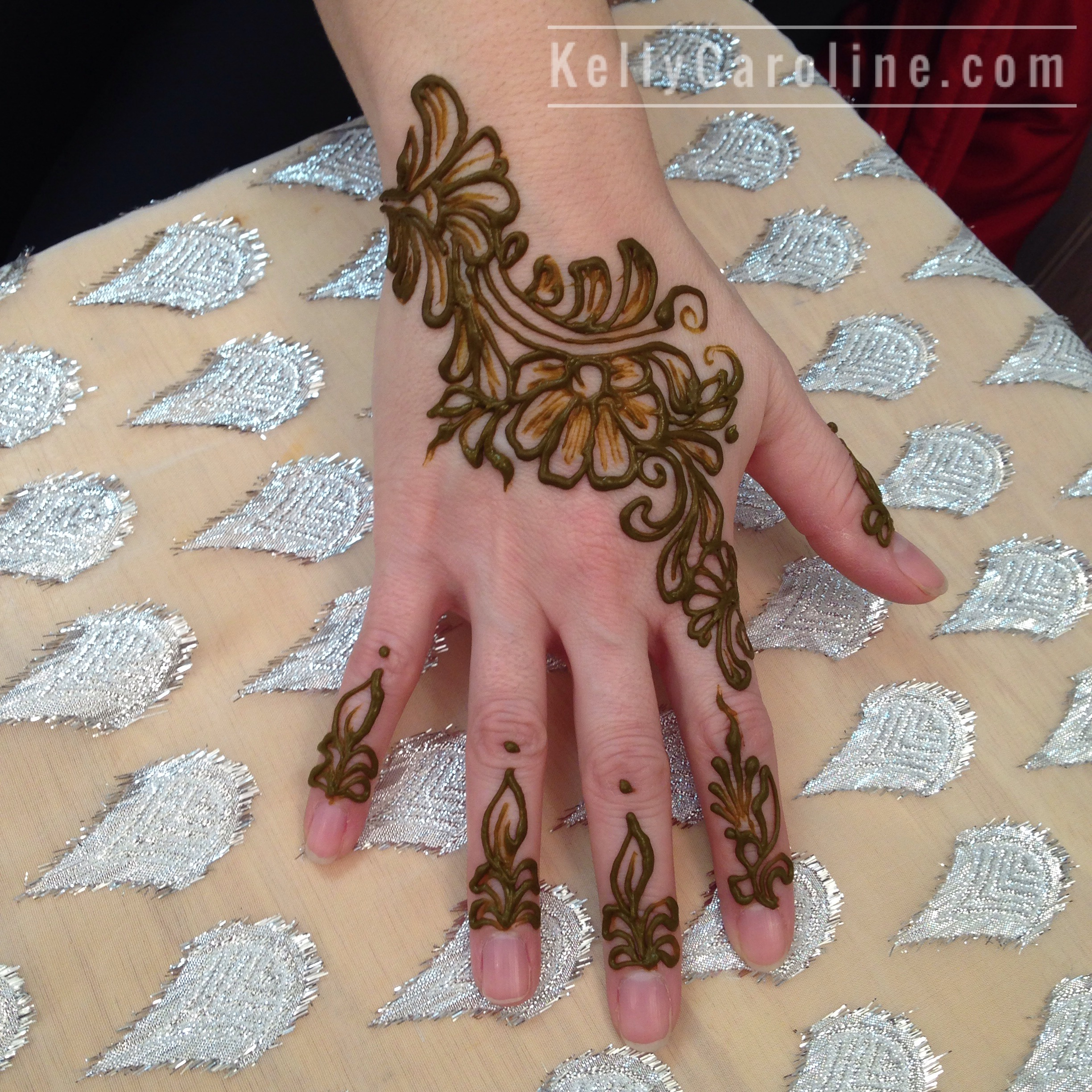 8646b5d99 I mean – like the Little Black Dress, cute floral henna tattoos on the hand  will always be on trend! Our favorites to do because we LOVE floral henna  ...