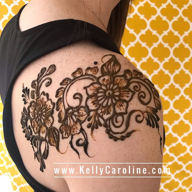 Two cuties with their shoulders done  . Studio appointments to book your henna 734-536-1705 kelly@kellycaroline.com . #henna #hennas #hennaartist #hennaparty #kellycaroline #michigan #michiganartist #dearborn #dearbornheights #mehndi #mehndidesign #tattoo #cantonfarmersmarket #ink #organic #hennadesign #hennatattoo #hennatattoos #flower #flowers #yoga #yogi #mandala #ypsi #ypsilanti #detroit #canton