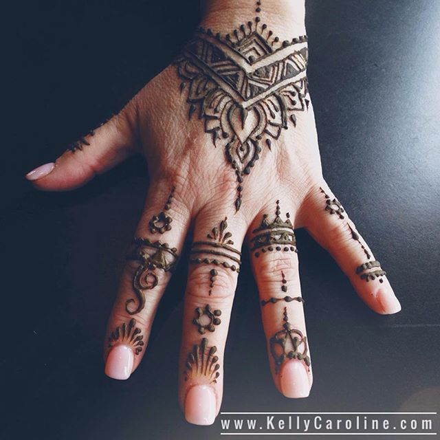 Pointed designs are so chic! Love this one . . . kelly@kellycaroline.com . #henna #hennas #hennaartist #hennaparty #kellycaroline #michigan #michiganartist #dearborn #dearbornheights #mehndi #mehndidesign #tattoo #cantonfarmersmarket #ink #organic #hennadesign #hennatattoo #hennatattoos #flower #flowers #yoga #yogi #mandala #ypsi #ypsilanti #detroit #canton